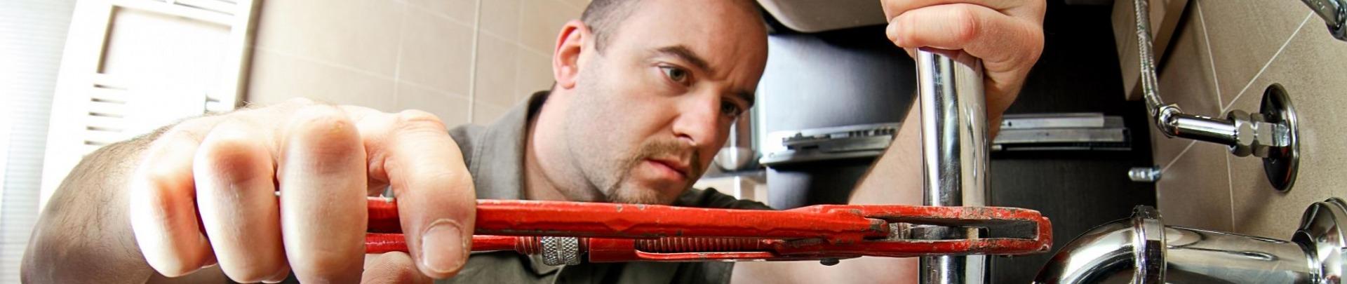 Loodgieter werkt aan leiding